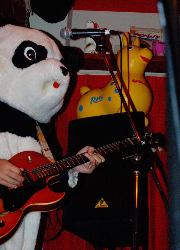 2月11日(月)『パンダ寒中見舞、ギターパンダ・ワンマンショー!』